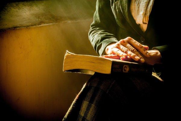 Frau mit Buch auf dem Schoß