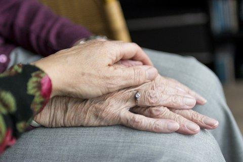Junge Hand schützend auf alten Händen