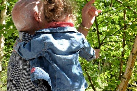 Großvater mit Enkeltochter auf dem Arm