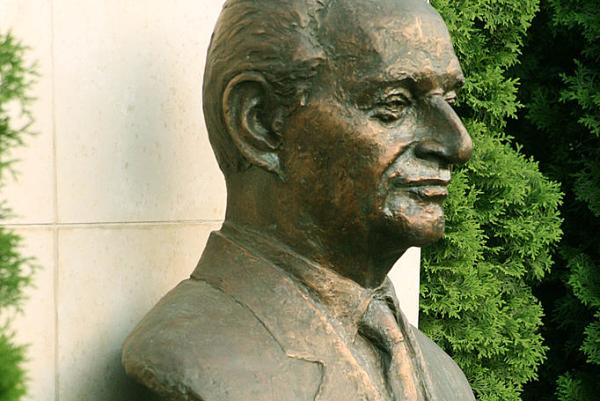 Büste Alexander Dubceks der Künstlerin Ľudmila Cvengrošová