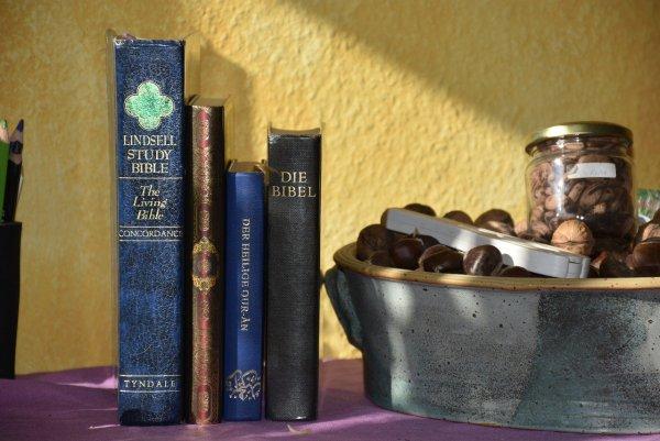 Bibel und Koran nebeneinander