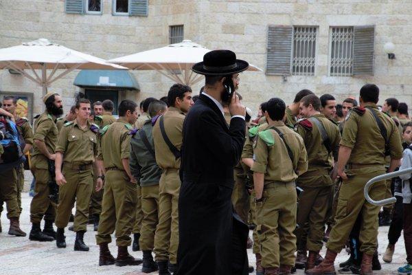 Orthodoxer Jude am Handy und jüdische Soldaten